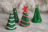 Weihnachtsbäume aus Eierkarton. Eine schöne Idee für die Kle … – Weihnachten …   – Basteln Weihnachten