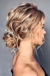 belle coiffure de mariée, up-do lâche avec des vagues de la plage et un peu de blanc