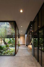 Cour intérieure et pierre brute dans une maison design prônant la verdure!