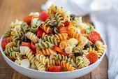 Salade de pâtes facile à base de mozzarella, olives noires, tomates cerises et …   – Que Pasta!