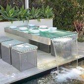 Garten Essbereich mit der Glasplatte Tisch als Wasserspiel in die verschüttet …