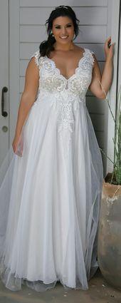 Romantisk överdimensionerad tyll och spetsar bröllopsklänning. Tracie. Studio …