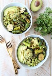The Green Vegan Buddha Bowl is filled with grilled veggies, green tahini sauce, … – Lecker
