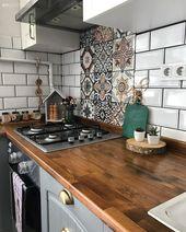 Gri ve beyaz dolaplara ahşap tezgah. Deniz hanımın rustik mutfağı.