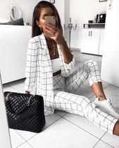 Schwarze und weiße Streifenausstattung mit weiße…