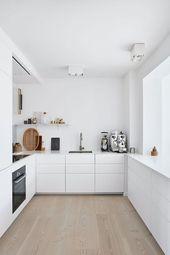 Diese elegante und weiße Küche ist mit Möbeln von IKEA und einem Prof …
