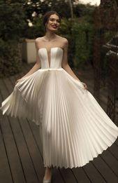 Ein auffallendes modernes Statement und glamouröse Brautkleider in minimalistischem, modernem…