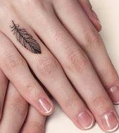 Tatouage de plumes sur l'annulaire, petits motifs de tatouage pour femme, mannequin français …   – Tattoo Ideen