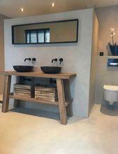 Inspiration für das Bad der 1930er Jahre. Holzmöbel, schwarze Armaturen. Industrietoilette