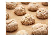 Für die Mandel-Makronen Marzipan, Mandeln, Zucker und ein Eiklar zu einem …