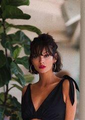 coiffure courte noire élégante et élégante avec une frange + updo + lèvres rouges   – HAIR