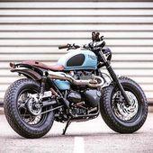 Das ist jetzt eine Honda CB750, die ich hinter mich bringen kann – oder besser gesagt oben drauf. Schöne Frau …   – scrambler