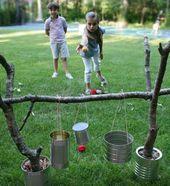 Spiel aus Ästen und Konservendosen im Garten bild…