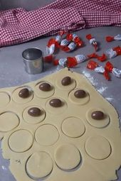 Biscuits au chocolat pour enfants dans la pâte à biscuits – cuisson avec des bonbons au chocolat