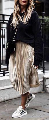 25 + ›Schöne Winter Outfit_Black Sweatshirt Gold Midirock Turnschuhe  – Outfit