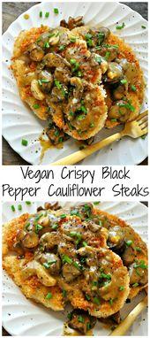 Vegane knusprige Blumenkohlsteaks mit schwarzem Pfeffer