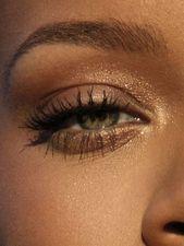 rauchige Augen, kühner Lippenstift und Nagelkunst. Wunderschönes, natürliches Make-up   – MAKEUP