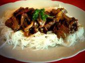 Asia Zwiebel Rindfleisch auf Reisnudeln – kochen