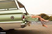 Zwei Mädchen liegen in estate Auto