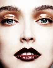 Glänzendes nacktes Auge und matte dunkle Burgunderlippe   – Makeup