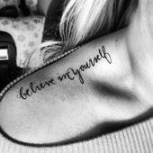 Croyez-moi, le message de cette police de tatouage sur l'épaule est noir et blanc p …   – Tattoo Ideen