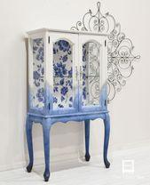 Kleiner Schrank mit blauem Blumenrücken – The Wood Spa von Pat Rios – UPCYCLING IDEEN