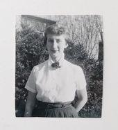 1950er Jahre Foto einer Frau mit kurzer Frisur, weiße Bluse mit Brosche am Hals / Schwarz-Weiß-Foto / 1950er Jahre Mode / Vintage-Frisur # 1950er Jahre # 1950er Jahre ...