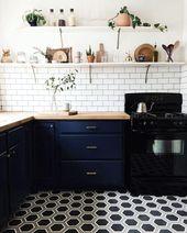 Kompakte Küchenrenovierung mit Schubladenauszügen aus Messing, weißem Backsplash