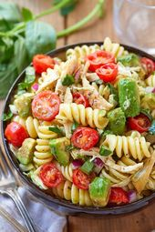Ensalada de fideos de pollo saludable con aguacate, tomate y albahaca – COMA #Aguacate …   – Pasta Rezepte