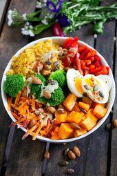 Tigela de Buda de arco-íris com molho de batata doce, lentilha, brócolis e tahine   – buddha Bowl