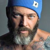 Er ist vielleicht etwas älter, aber Sie kennen die Freuden älterer Männer. Und wenn Sie nicht & # 39 …   – Haarschnitte / Bärte / beards