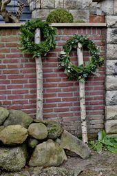 Kränze auf Birkenstämmen – Weihnachten
