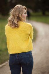 Outfit für Mutige – Knall gelber Flausch Pullover kombiniert zur High Waist Jea…