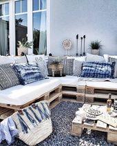 Toller Sitzbereich aus Paletten für den Garten. Die dekorativen Elemente in verschiedenen …   – Balkon ♡ Wohnklamotte
