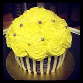 Riesen Cupcake Torte ~ Gelbe Rosette Cupcake Torte mit lila & weiß gestreiften …