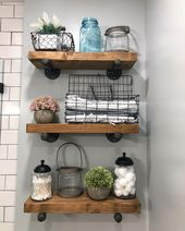 Erwärmung meines grauen, schwarzen und weißen Badezimmers mit diesen großartigen rustikalen Holzregalen, einigen Vintage-Drahtkörben und knalligen…
