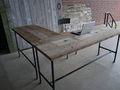 Stehender Schreibtisch in L-Form aus Altholz. Kundenspezifisch und handgemacht. Wählen Sie den Basisstil und beenden Sie den Vorgang