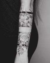 Tattoo Arm Frauen – Ich mag das mittlere Band, wobei das Oberteil und das Unterteil es zus… #womentattooarm #armtattoos #flowertattoos – Flower Tattoo Designs