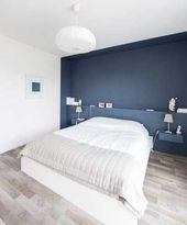 Malen Sie eine Wand in Dunkelblau, um Ihr Schlafzimmerdekor aufzuwerten