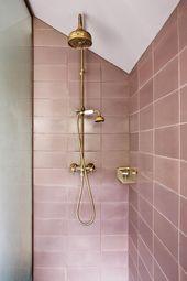 Millenial pinke Metro-Fliesen in einer Dusche mit metallischen Duschkopf-Hähnen und
