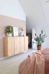 Une chambre romantique avec des tons roses, des plantes et une armoire Ivar.
