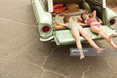 Stock-Foto : Zwei Mädchen liegen in estate Auto