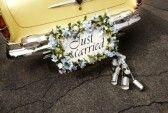 Junge Pagenbuben Wollen Sich An Der Dekoration Des Autos Beteiligen Autos Aut Hochzeit Brauche Autoschmuck Hochzeit Hochzeitsbrauche