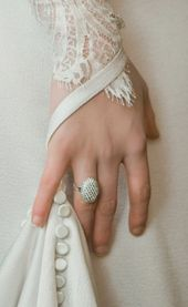 Bella S Wedding Ring In Twilight This Is Sooooo Pretty I Want This As A Wedding Ring Twilight Wedding Twilight Wedding Dresses Swan Wedding