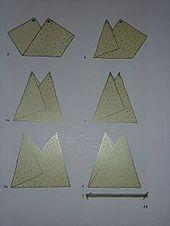 eine kleine Umhängetasche im Origami-Stil – ecru …