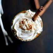 Kürbisgewürz Gefrorener Latte. Gefrorener Latte mit Kürbisgewürzen und veganen …