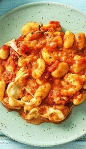 Mediterraner Gnocchi-Auflauf mit Mozzarella, Kirschtomaten und Basilikum