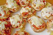 Stangenbrotscheiben gebacken mit Tomaten und Mozzarella