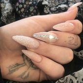 Manucure tendance hiver 2018 2019. Vernis à ongle nude et paillettes argent et – Nails Gelnägel