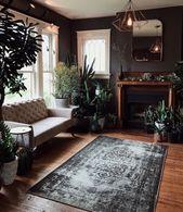Dies ist ein Wohnzimmer, das ich in meinem Leben brauche. Ich liebe die Unmenge an Pflanzen, die es überall gibt, und diesen Teppich auch! Alles an diesem Raum ist j … – FurnishMyWay Home Decor